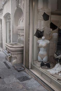 Les mannequins prendraient volontiers un bain dans la fontaine... / Boutique de lingerie. / Provence, France.
