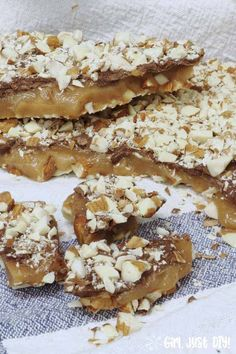 english christmas recipes Homemade English Toffee might sound hard, but its so simple youll want to make it every week. Use my easy-to- recipe as your guide. Homemade Toffee, Homemade Candies, Homemade Desserts, Homemade Chocolate, English Toffee Recipe, Toffee Candy, Toffee Bars, Toffee Dip, Hard Candy