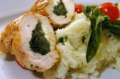 Íme egy egészséges, tápláló, de mégis hihetetlenül ízletes recept: spenóttal és feta sajttal töltött csirkemell