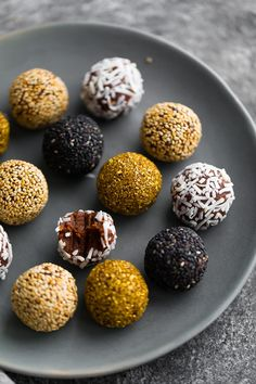 These date truffles are fast and simple to make, and are vegan, gluten-free and paleo! A healthy Christmas treat option. Fancy Desserts, Lemon Desserts, Dessert Recipes, Healthy Sweets, Healthy Snacks, Healthy Christmas Treats, Truffle Recipe, Vegetarian Chocolate, Biscuits