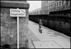 Thomas Hoepker - Berlin. 1963. Children playing at the Berlin Wall