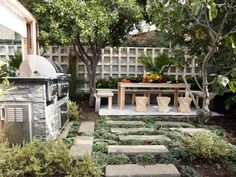 From a stunning pizza oven to a simple grill prep station, browse our collection of outdoor kitchen design ideas.
