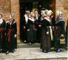 1989 In Festtagstracht beim Verlassen der Nienstedtener Kirche #Blankenese #Hamburg