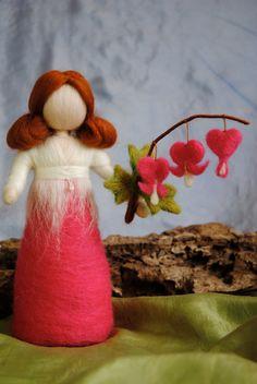 Muñeca fieltro Waldorf aguja inspirado: Bleeding-corazón-flores hada