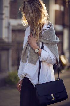 Le basique de la chemise blanche et du pull gris.