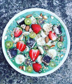 Superfood Smoothie Bowl It includes the supercharged power of Tropeaka Ultra Cleanse or Superfood Greens with a dash of spirulina, to make a tasty and powerful combination Smoothie Bowl, Smoothie Fruit, Healthy Smoothies, Smoothie Recipes, Green Smoothies, Bowld Acai, Clean Eating Snacks, Healthy Eating, Healthy Food