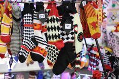 Terveisiä Suomen kädentaidot -messuilta! Pahoittelen että nyt tulee aivan tajuttoman monta kuvaa karkkineuleista mutta nämä vaan ovat niin ... Yarn Crafts, 4th Of July Wreath, Knit Crochet, Knitting, Pictures, Gifts, Diy, Inspiration, Beautiful