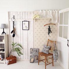 """""""LUNANCHE小屋をアレンジして、部屋の中に。 バッグ、クッション、メッセージピンボードは、同じ生地を使って作り、コーディネートしています。 tomoko  #lunanche #handmade #小屋女子計画 #bag #手作り #クッション #インテリア #DIY  #小屋 #板壁 #room #棚"""""""