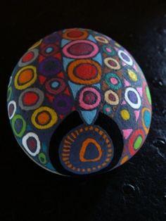 Coccinelle, galet peint à l'acrylique dans des tons orange, bleu, rouge, gris, violet, noir, vert, blanc, crème. Vernis mat à la bombe.  Création unique - Objet de décorati - 10139251