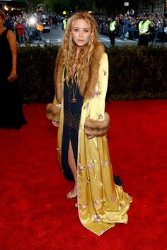 Is she dying or something? Met Gala alfombra roja Punk Chaos to Couture - Mary-Kate Olsen