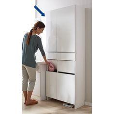 サニタリーチェストと洗濯カゴ、2つの収納をまとめた省スペースチェスト。チェストと脱衣カゴの両方を置くスペースがない方に。洗濯物を片手で放り込めるスイング扉付きで脱いだ衣類の目隠しになる洗面所収納。