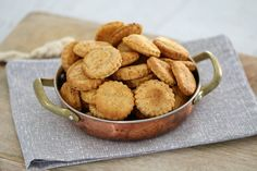 Our easy Cheesy Thermomix Crackers are always a hit with the family! They& incredibly quick to whip up, taste great (and they& really cheap! Lunch Box Recipes, Snack Recipes, Cooking Recipes, Savoury Recipes, Savory Snacks, Healthy Snacks, Healthy Recipes, Lchf, Bellini Recipe