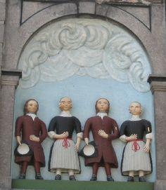 Rondje Medemblik; de 4 weeskinderen. Bij het weeshuis is een poort aangebracht…