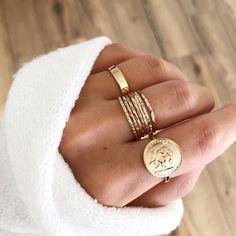 Vergoldete Ringe in Akkumulation, Schmuck in Bohème-Optik – Au coin des rues Dainty Jewelry, Simple Jewelry, Bohemian Jewelry, Cute Jewelry, Bohemian Rings, Gold Jewelry, Jewelry Rings, Jewelry Accessories, Fashion Accessories