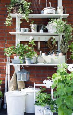 i mitt paradis - potting bench Garden Trellis, Garden Pots, Garden Ladder, Garden Sheds, Bench Decor, Ladder Decor, Craft Booth Displays, Display Ideas, Magic Places