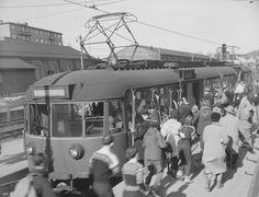 Oslo Majorstua med trikk på Holmenkollbanen til Frognerseteren med ski plassert på utsiden av trikken. Foto Jac Brun 1956