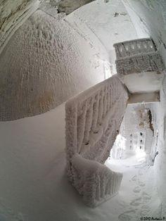 Prédio abandonado e congelado.