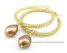 wire crochet hoop earrings with freshwater pearls / UNIKAT gestrickte Ohrringe / Creolen gold m. Perle von design-atelier-stefanie-mohr auf DaWanda.com