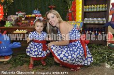 Vestir-se igual a sua filha é uma forma que as mães têm de buscar mais integração com a bebê durante a festa. Através do visual de suas roupas, mãe e filha demonstram união também por meio da moda feminina.