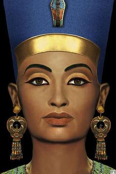 Nefertiti generally wore a close fitting almost diaphanous sheath dress, but was also depicted naked. Nefertiti favoured a flat-topped version of the blue war crown which she is most often associated with. Egyptian Queen, Egyptian Goddess, Egyptian Kings, Egyptian Symbols, Ancient Egypt, Ancient History, Egyptian Makeup, Queen Nefertiti, Theatrical Makeup