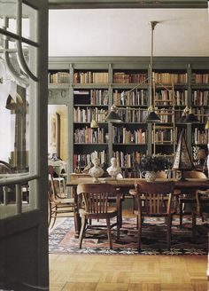 Suzanne Slesin's library dining room in NYC. Atmosphere of an English Library.