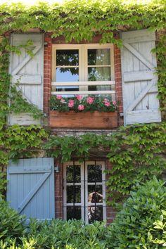 47 Ideas for exterior window casing dream houses Best Exterior Paint, Exterior Paint Colors For House, Paint Colors For Home, Exterior Design, Interior And Exterior, France, Exterior Stairs, Exterior Shutters, House Paint Color Combination