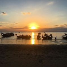 Sunset on Railay Beach ☀️🌅 = pure heaven! #thailand #travelblogger #travelblog ✈️ Maybe not quite as spectacular as the sunsets on Koh Chang but any sunset is a good sunset to me. One of my favourite things to do and definitely the mo
