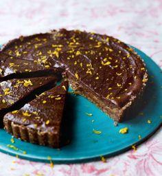 Livia's Chocolate & Orange Caramel Tart Deliciously Ella Chocolate And Orange Tart, Healthy Chocolate Mousse, Vegan Chocolate, Tart Recipes, Sweet Recipes, Dessert Recipes, Vegan Recipes, Healthy Cake, Healthy Treats