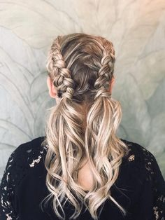 We braid hair since the dawn of time, so we found traces of braided hairstyles dating back to Prehistory! Honey Blonde Hair Color, Light Blonde Hair, Blue Hair, Dimensional Hair Color, Hair Color Techniques, Box Braids Styling, Edgy Hair, Grunge Hair, Great Hair