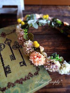 アートフラワー(造花)で製作した花冠です。マムとミモザのナチュラルな花冠です。 【サイズ】 頭囲:約54㎝~ (後ろで調整可能です) 【材... ハンドメイド、手作り、手仕事品の通販・販売・購入ならCreema。