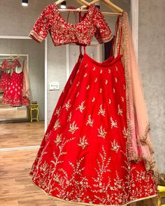Brides of Issa: Red Bridal Rawsilk lehenga with intricate detailing! Indian Bridal Outfits, Indian Bridal Lehenga, Red Lehenga, Indian Bridal Fashion, Indian Dresses, Bridal Dresses, Lehanga Bridal, Designer Bridal Lehenga, Designer Lehanga