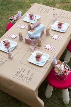 Me encanta esta idea de mantel de papel de embalar para poner en la mesa, colocar dónde irá cada plato y escribir cosas divertidas de cada una de las amigas. ¡Al final unas fotos y listo!! un recuerdo chulísimo!