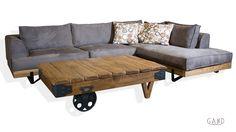 Τραπεζάκι σαλονιού το οποίο είναι κατασκευασμένο όλο από μασίφ ξύλο δρυς εξαιρετικής αντοχης και πάνω από όλα διαχρονικό.Διακοσμήστε το σαλόνι σας σύμφωνα με την προσωπικότητά σας. Ενισχύστε την αισθητική του δωματίου τοποθετώντας έπιπλα που θα τονίζουν την εικόνα του χώρου σας! Τραπεζάκι μασίφ με ρόδες που σίγουρα θα τραβήξει τα βλέμματα! Διαστάσεις 130×85 Εγγύηση Gand …