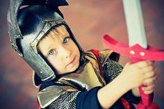 Zu jeder gelungenen Ritterparty gehöre Ritterspiele. Wir stellen Ihnen hier ein paar Ideen für lustige Spiele zum Rittergeburtstag vor. © istock