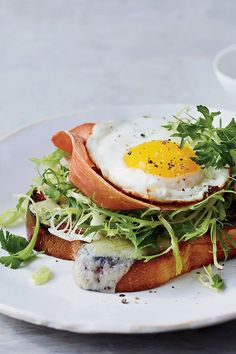 This open-faced breakfast sandwich recipe incorporates brioche, prosciutto, gruyere cheese, and eggs to create a savory breakfast recipe. Whether you're making this sandwich dish for breakfast, brunch, or even a snack, it's a great choice for a quick and easy recipe.#breakfastsandwich #breakfastrecipes #brunchrecipes #eggrecipes #toastrecipes Best Brunch Recipes, Breakfast Sandwich Recipes, Best Sandwich, Savory Breakfast, Tostadas, Sandwiches, 20 Min, Prosciutto, Egg Recipes