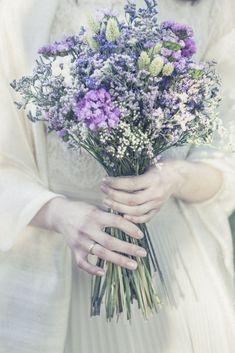 Ramo de novia Pagan Wedding, Renaissance Wedding, Wedding Bride, Dream Wedding, Bride Flowers, Wedding Cakes With Flowers, Cake Flowers, Wild Flowers, Floral Bouquets