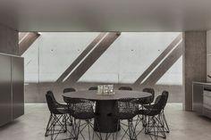Concrete dining room. Olivier Vallat Architectes. Photo © Luca Fascini