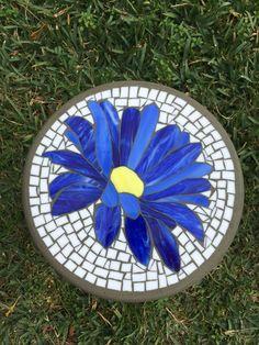 Blue Daisy Mosaic Stepping Stone – The Stoned Butterfly Mosaics - Garten Dekoration Mosaic Flower Pots, Mosaic Pots, Mosaic Wall, Pebble Mosaic, Mosaic Glass, Mosaic Mirrors, Blue Butterfly, Fused Glass, Stained Glass Panels