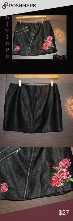 7ec7efb0e Faux Leather Mini Pencil Skirt w/Floral Accents H&M Divided black mini  pencil skirt with