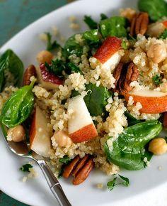 Healthy lunch inspiratie! Quinoa Salad met appel, baby spinazie en kikkererwten. Eet smakelijk! www.thebootcampclub.nl