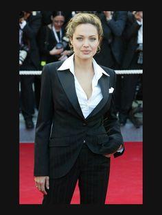 Hier zeigt Angelina Jolie noch hübsche weibliche R...