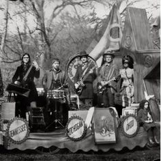 The Raconteurs - Consolers of the Lonely. To understand a little more about Jack White, I urge you to watch It Might Get Loud. Jack White, Good Music, My Music, New Music Albums, Indie Music, Music Stuff, Xl Recordings, The White Stripes, Thing 1