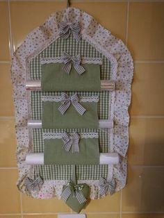 Porta Rolo Kitchen Items Kitchen Decor Home Crafts Crafts To Make Diy Crafts Flower Crafts Kitchen Towels Applique Designs Sewing Hacks, Sewing Crafts, Sewing Projects, Crafts To Make, Home Crafts, Diy Crafts, Hanging Organizer, Craft Room Storage, Patch Quilt