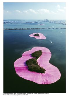 Duo Christo et Jeanne-Claude, masters in the Land art, did a sublime installation in 1983 : Surrounded Islands. During two weeks, we can see on the Biscayne Bay Land Art, Christo Y Jeanne Claude, Art Plage, Design Museum London, Robert Smithson, Art Environnemental, Pink Island, Richard Long, Street Art