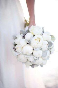 Ramos de novia con peonías: Fotos de las propuestas - Elegante ramo de novia con peonías blancas