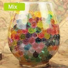 Resultado de imagen de decoracion de jarrones de vidrio de forma de botella con bolitas las que crecen en el agua