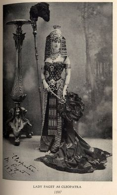 Not art deco, but Egyptian revival. Paget as Cleopatra, at the Duchess of Devonshire's Diamond Jubilee Costume Ball, July Look Vintage, Vintage Beauty, Vintage Ladies, Vintage Costumes, Vintage Outfits, Vintage Fashion, Historical Costume, Historical Clothing, Victorian Fancy Dress