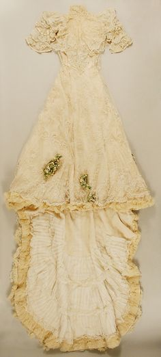 Wedding ensemble by Jacques Doucet. Met info: Date: ca. 1907 Culture: French Medium: cotton, silk, wax Dimensions: Length at CF (a): 60 in. cm) Length (b): 95 in. cm) Heel to Toe (c, d): 10 in. Antique Wedding Dresses, Vintage Gowns, Wedding Gowns, Vintage Outfits, Wedding Tips, 1900s Fashion, Edwardian Fashion, Vintage Fashion, Antique Clothing