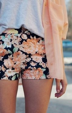 Peach cardigan + grey top + floral shorts //summer or spring outfit, matching colors, grey center Tokyo Street Fashion, Look Fashion, Teen Fashion, Fashion Outfits, Junior Fashion, Floral Fashion, Fasion, Fashion Shoes, Fashion Ideas