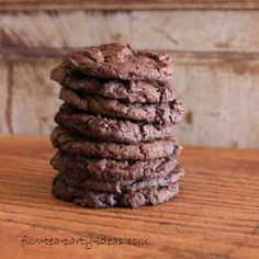 Truth be known these gluten free caramel chocolate cookies are one of my favorite cookies of all times (yes, mostly because of the caramel). Gluten Free Cookies, Fun Cookies, Gluten Free Desserts, Delicious Desserts, Yummy Food, Chocolate Caramels, Chocolate Chocolate, Double Chocolate Cookies, Cookie Recipes